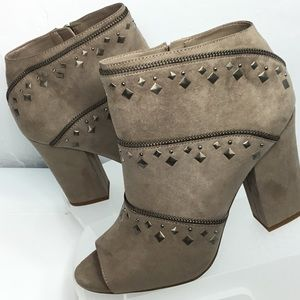 Jessica Simpson Trendy Slater Taupe Ankle Boots